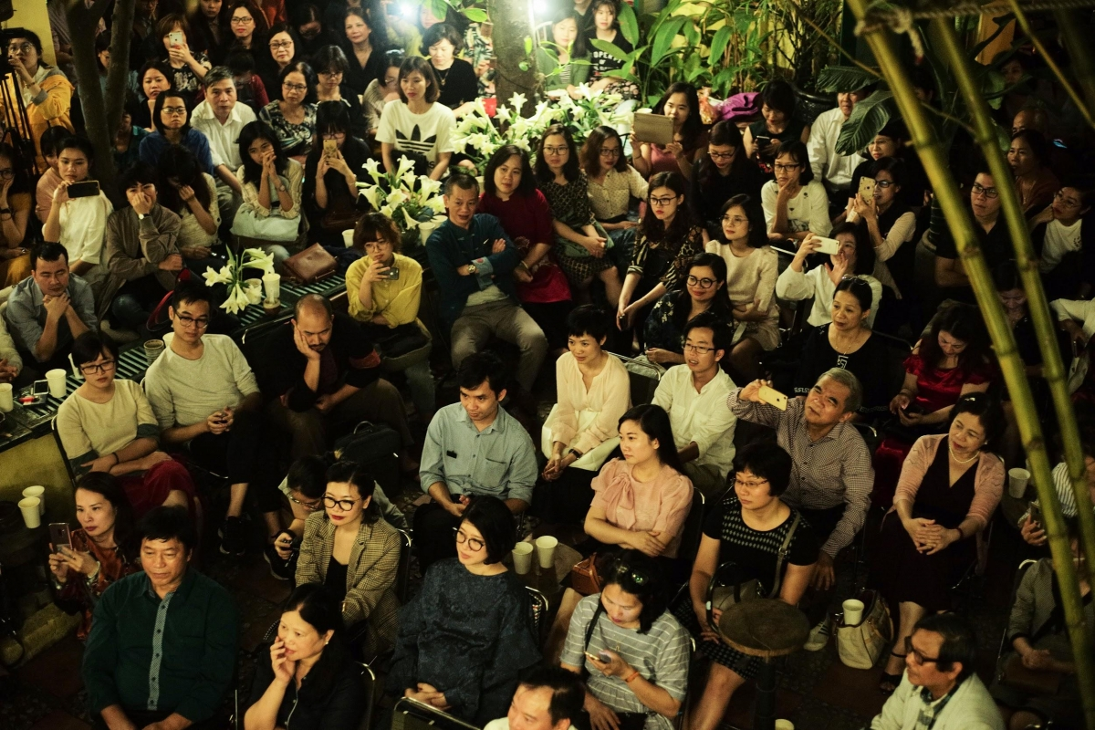 Những khán giả của Hà Nội lặng lẽ chìm vào đêm thơ Se sẽ chứ 2019