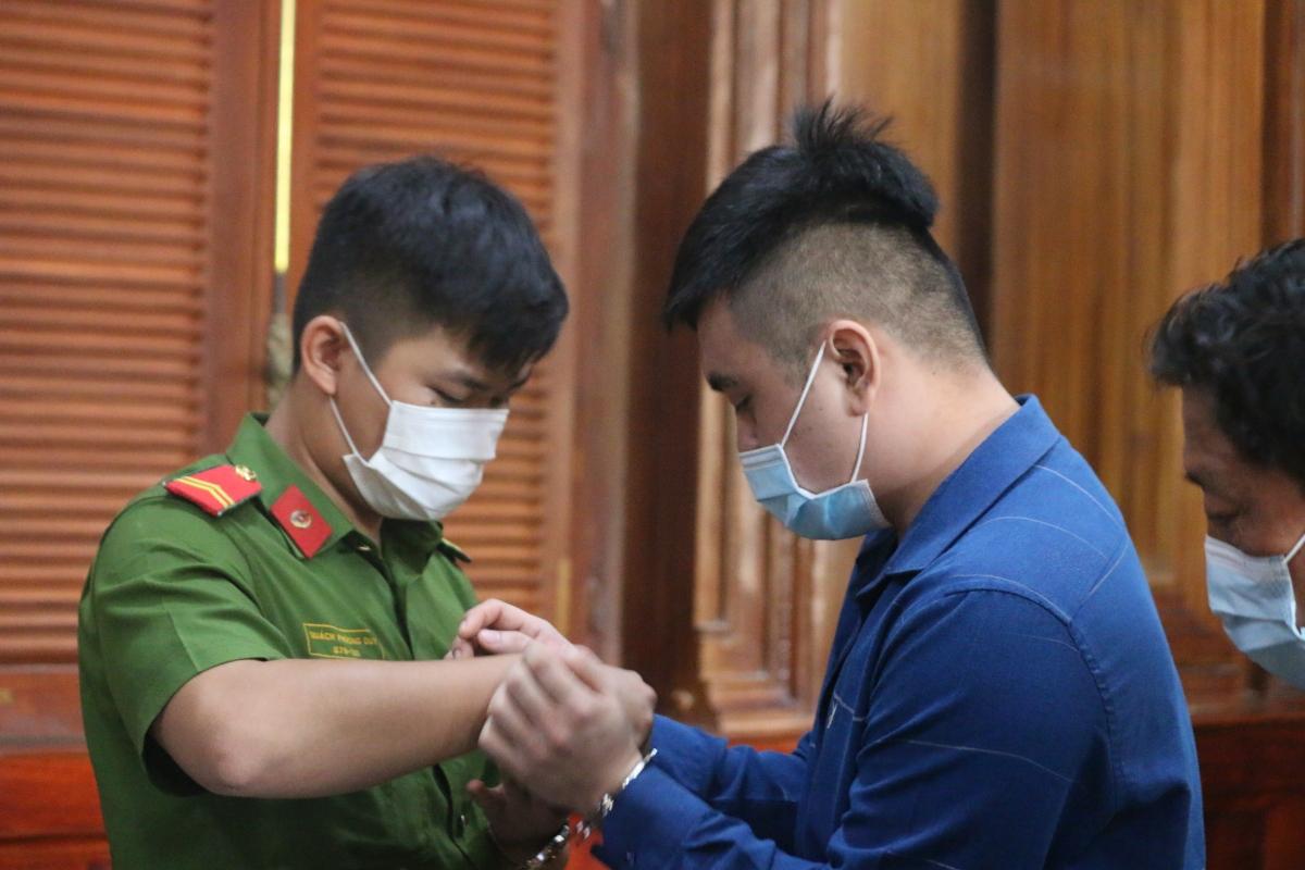 Bị cáo Nguyễn Trần Hoài Phong đến tòa sáng 9/4.