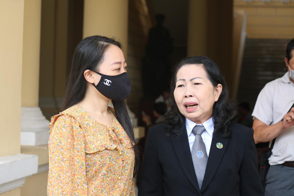 Chị Nguyễn Thị Bích Hường trao đổi với luật sư.