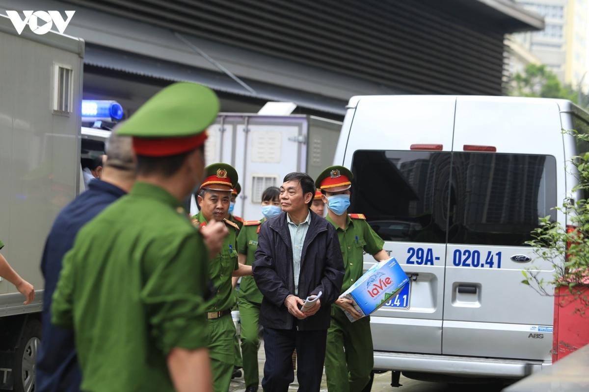 """Sáng 12/4, TAND TP Hà Nội đưa ra xét xử vụ án """"Vi phạm quy định về quản lý, sử dụng tài sản nhà nước gây thất thoát, lãng phí"""", """"Thiếu trách nhiệm gây hậu quả nghiêm trọng"""" xảy ra tại công ty Gang thép Thái Nguyên. (Ảnh: Trọng Phú)"""