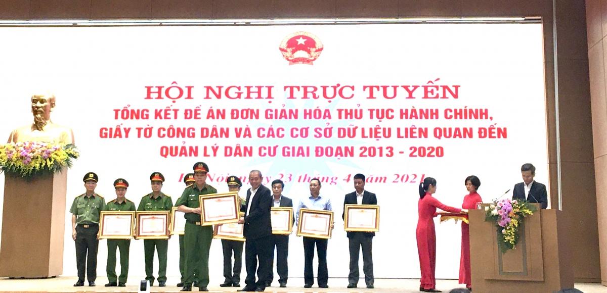 Phó Thủ tướng Trương Hòa Bình trao bằng khen của Thủ tướng Chính phủ cho các tập thể, cá nhân có thành tích xuất sắc trong thực hiện đề án 896.