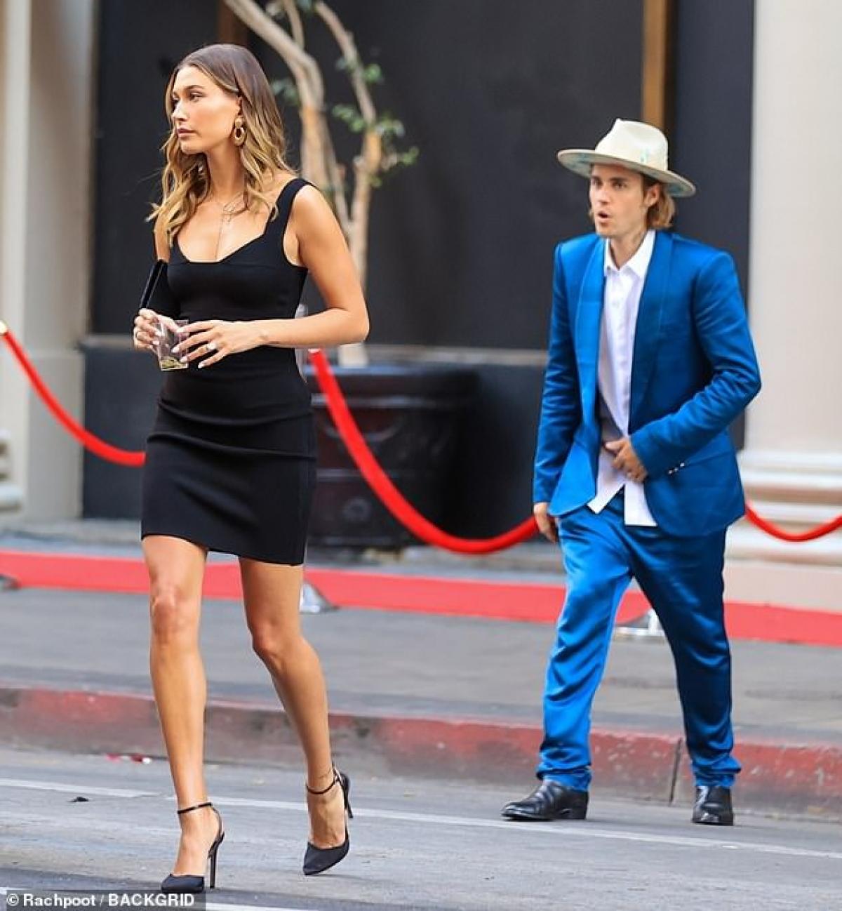 """Mới đây, Justin Bieber và bà xã Hailey Baldwin sánh đôi tình cảm dự đám cưới của nhà sản xuất âm nhạc Bernard """"Harv"""" Harvey ở Los Angeles."""