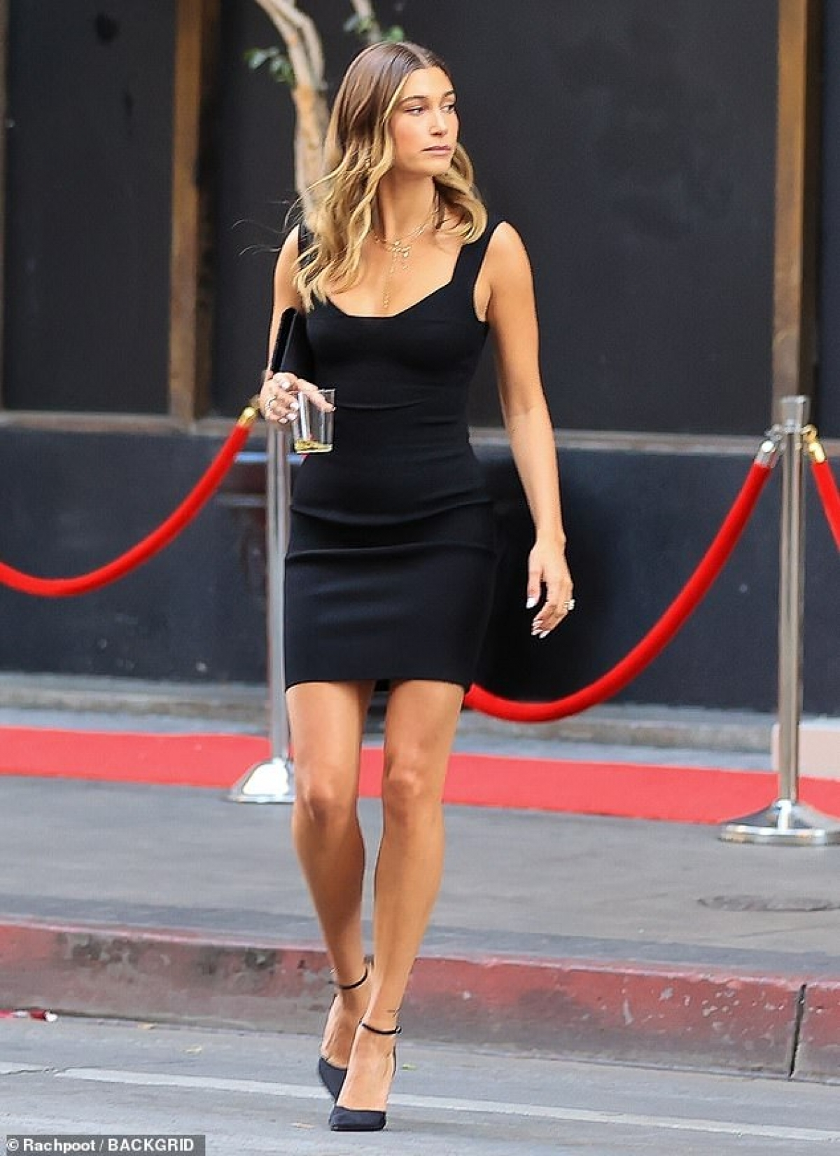 Trong khi đó, Hailey Baldwin mặc đầm đen gợi cảm, khoe body nóng bỏng.