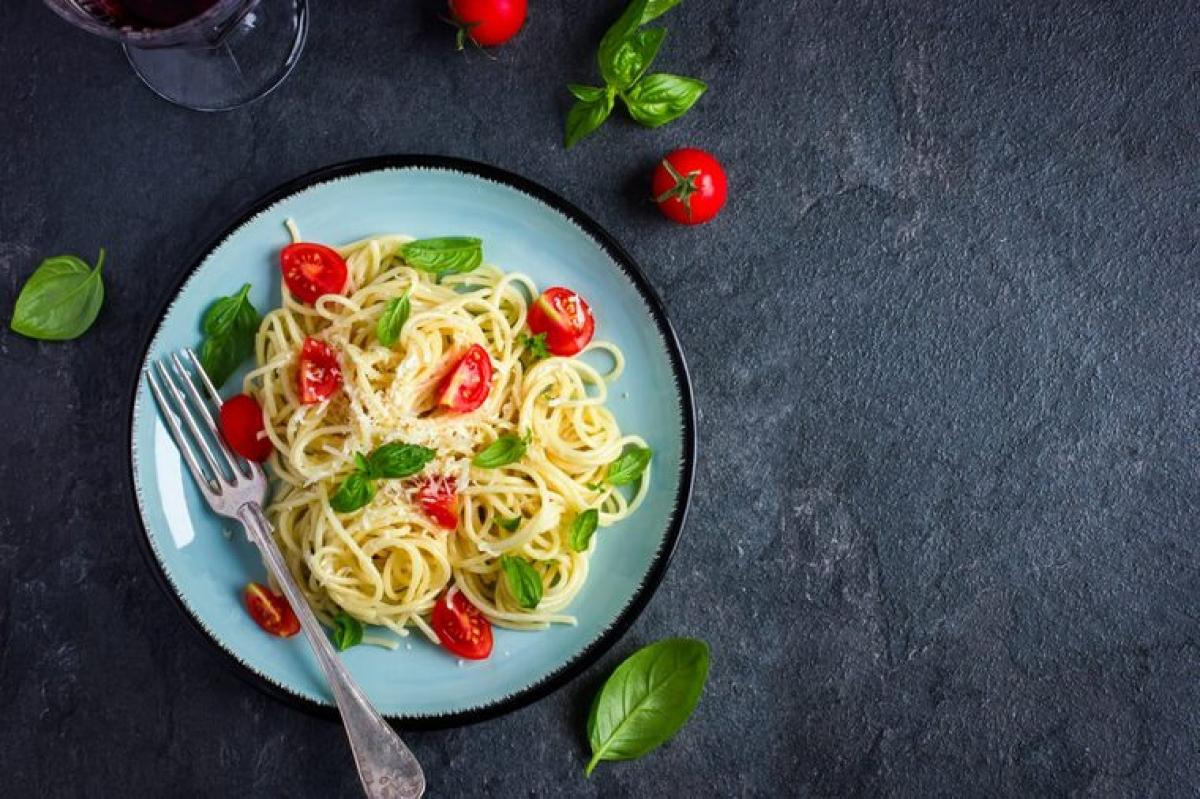 """Không sử dụng những chiếc đĩa nhiều màu sắc: Một nghiên cứu cho thấy ta thường có xu hướng ăn nhiều mì ống và uống nhiều nước ngọt hơn nếu chúng được bày trên những chiếc đĩa sặc sỡ. Để ăn ít hơn, bạn nên chọn đĩa màu trắng và """"tô điểm"""" cho nó bằng trái cây và rau xanh."""