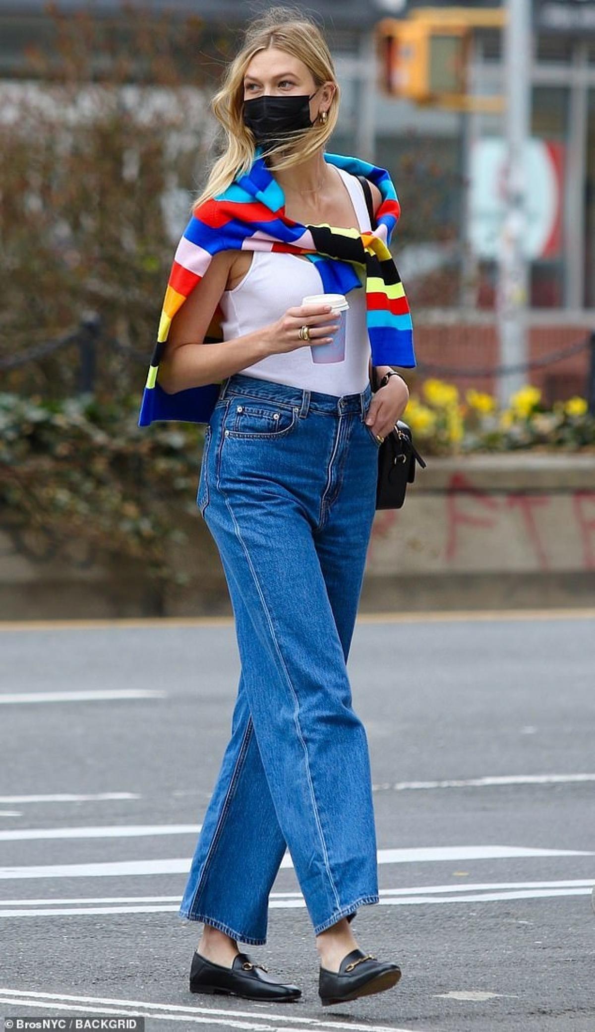 Hôm 9/4, Karlie Kloss một mình đi dạo ở thành phố New York, Mỹ.