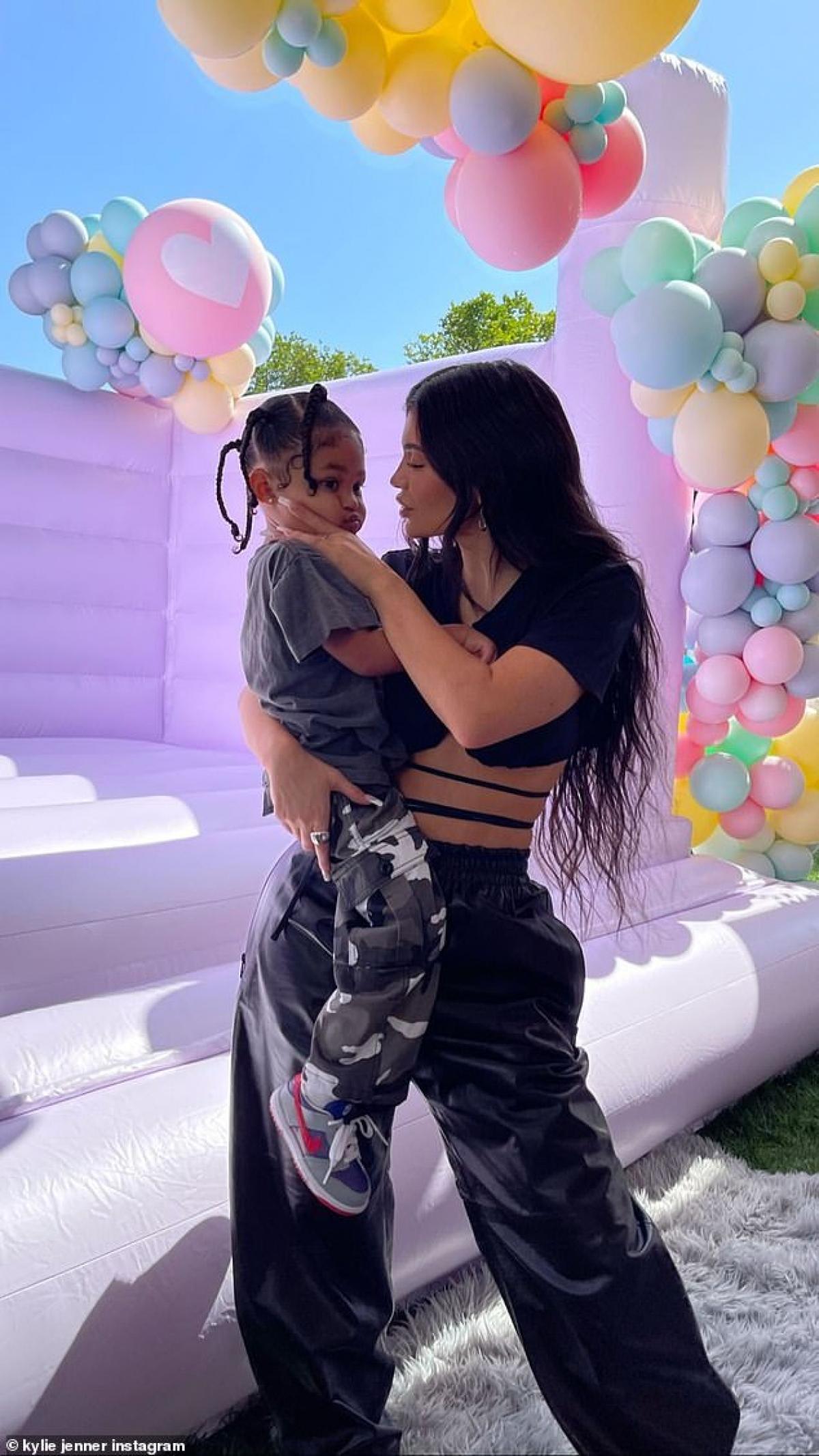 Mới đây, Kylie Jenner cùng con gái cưng Stormi đến dự bữa tiệc sinh nhật của bé True Thompson - con gái Khloe Kardashian tại nhà riêng ở Hidden Hills.
