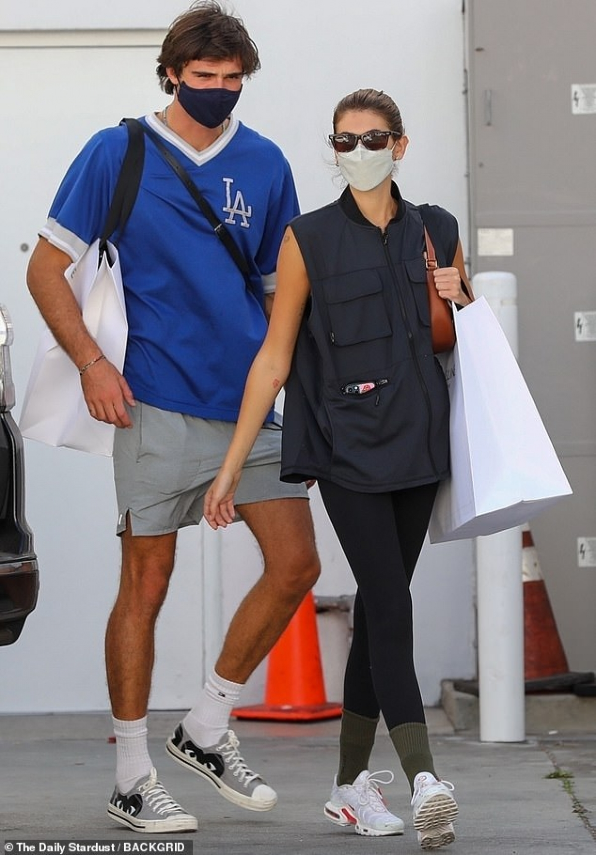 Kaia Gerber và bạn trai Jacob Elordi sánh đôi đi mua sắm ở Malibu.