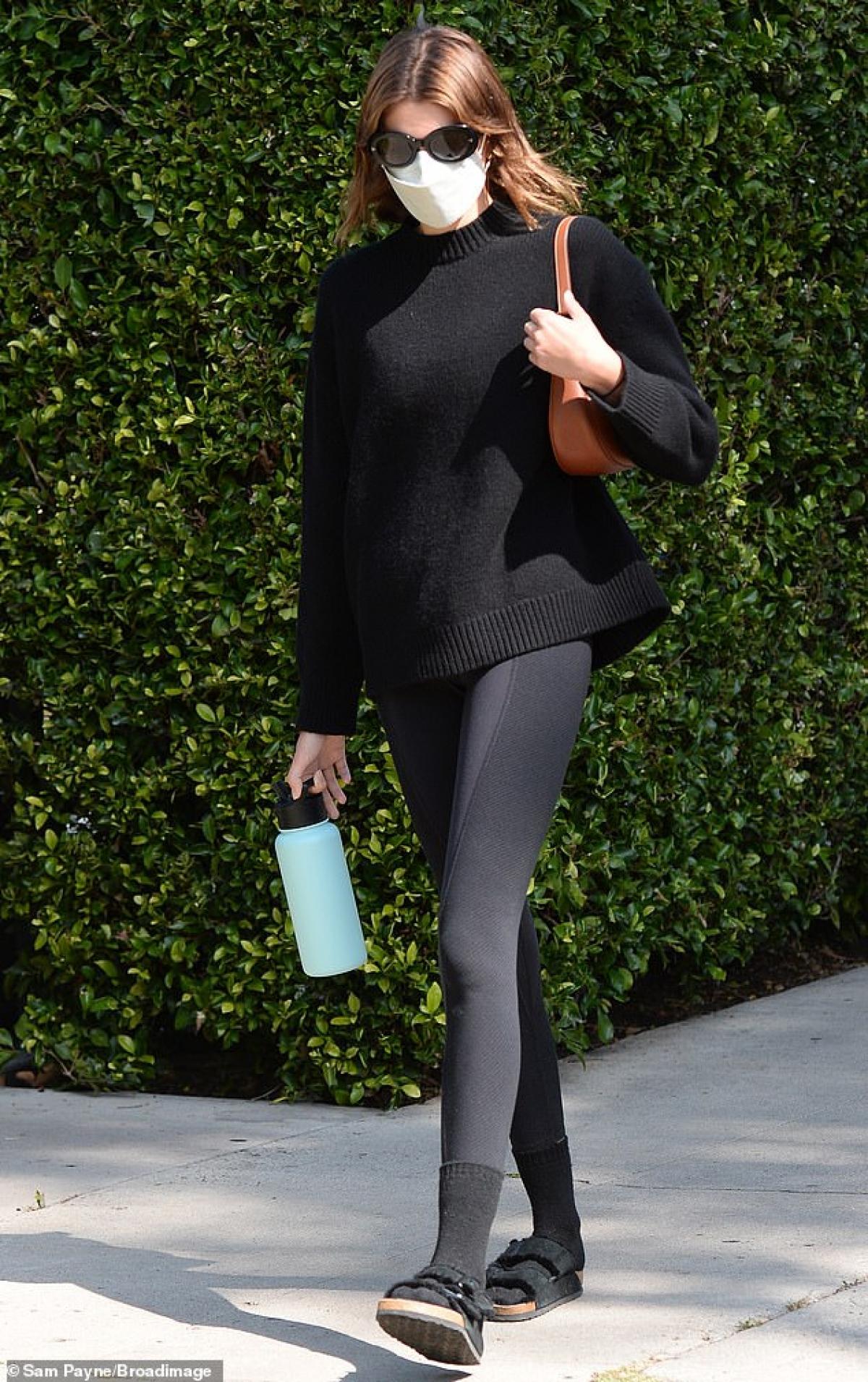 Kaia Gerber một mình sải bước trên phố ở West Hollywood ngày 16/4.