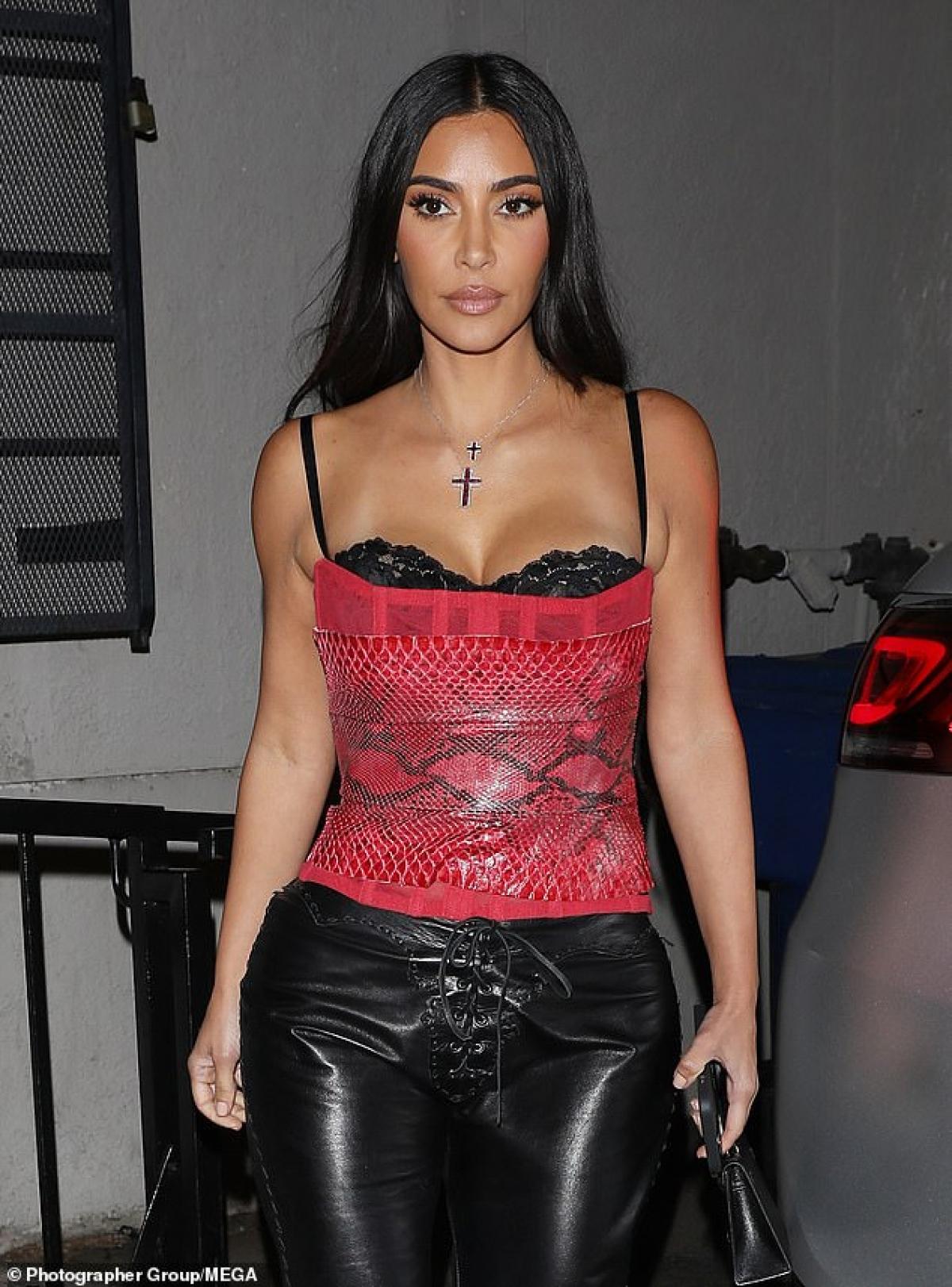 """Kim Kardashian hào hứng đi ăn tối cùng vợ chồng """"ông trùm"""" Scooter Braun và Yael Cohen ở Los Angeles hôm 18/4, theo giờ địa phương."""