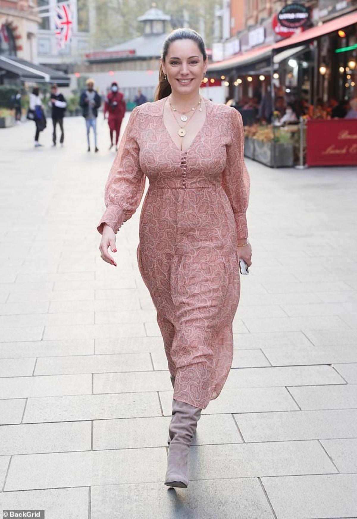 Kelly Brook vừa rời khỏi phòng làm việc ở London hôm 20/4, theo giờ địa phương.