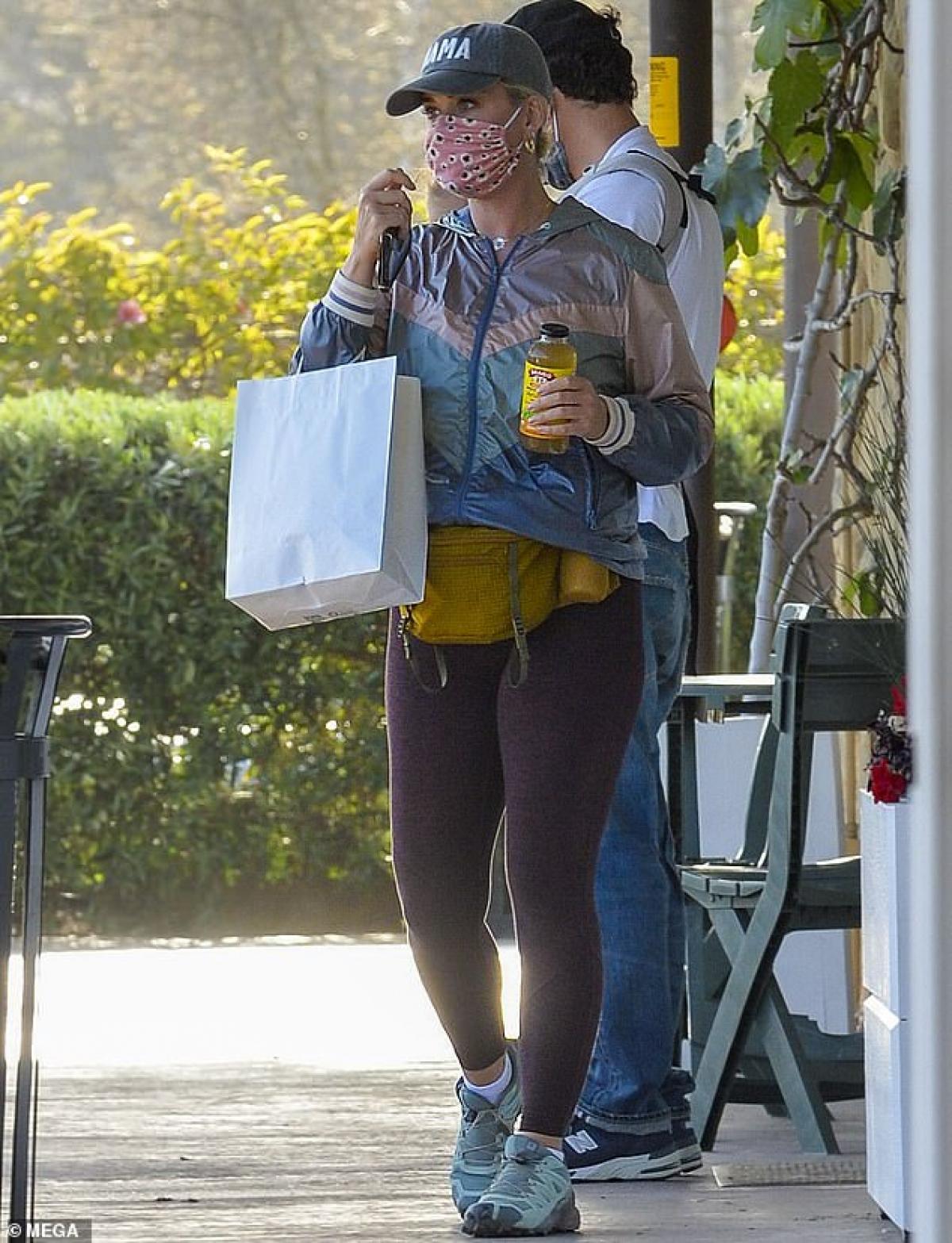Katy Perry bị cánh săn ảnh bắt gặp trên đường phố California.