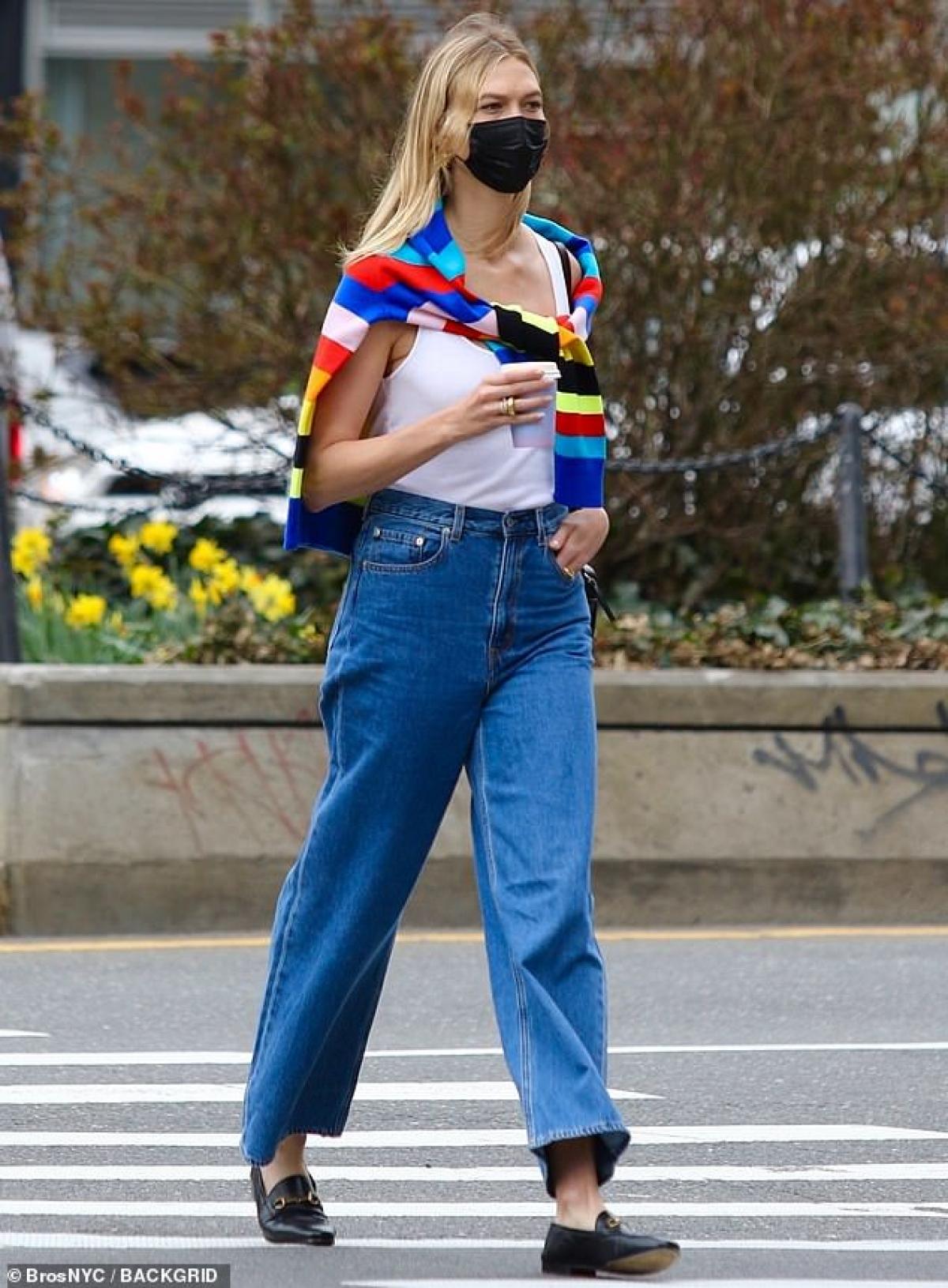 Chân dài sinh năm 1992 mặc áo tank-top, quần jeans ống loe và mang khẩu trang cẩn thận.