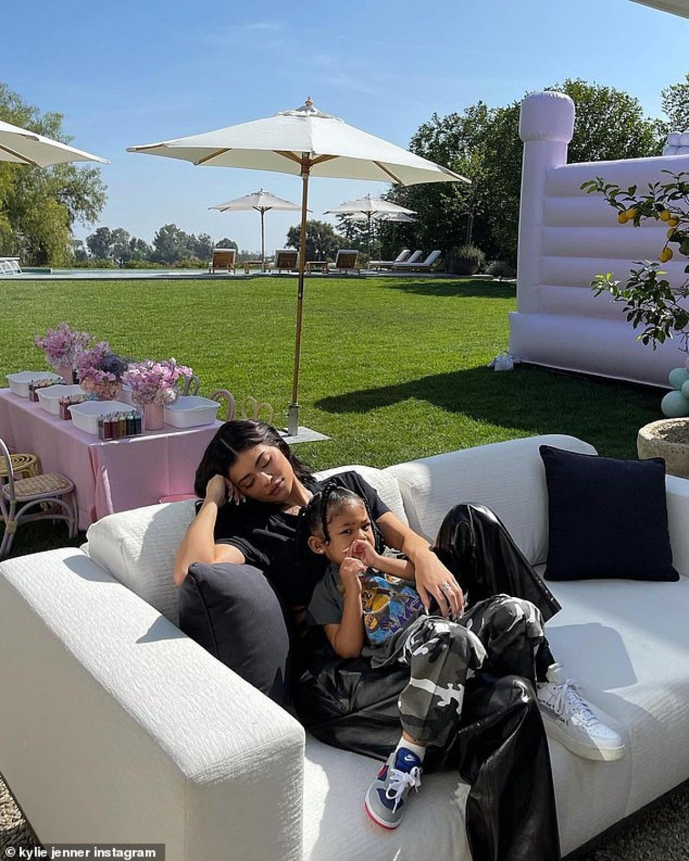 Hai mẹ con tạo dáng sang chảnh ngay trên ghế sofa được đặt tại khuôn viên của căn biệt thự.