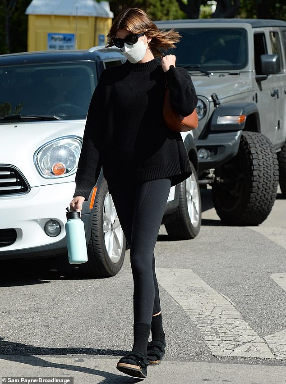 Siêu mẫu 9X diện áo len và quần legging khỏe khoắn.