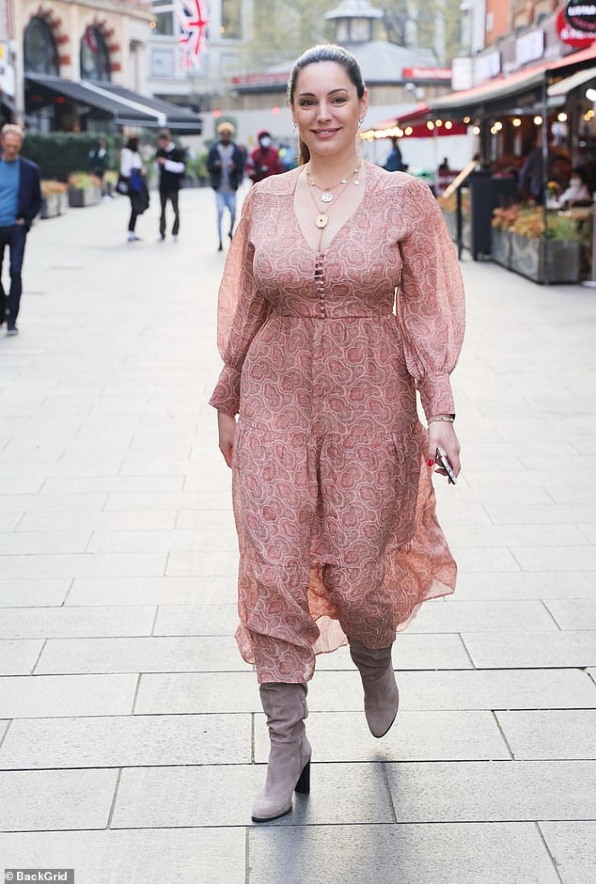 Cựu người mẫu diện đầm họa tiết điệu đà ra phố.