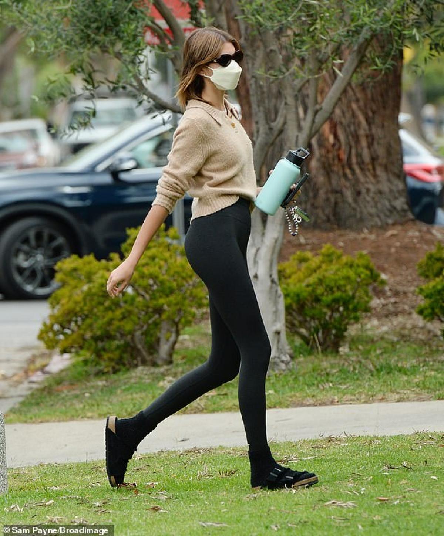 Cô diện áo len phối cùng quần legging khỏe khoắn, khoe vóc dáng thanh mảnh.