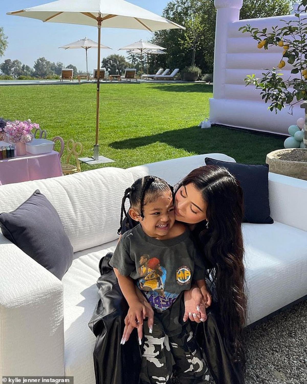 """Kylie Jenner dành nụ hôn ngọt ngào cho """"công chúa nhỏ""""."""