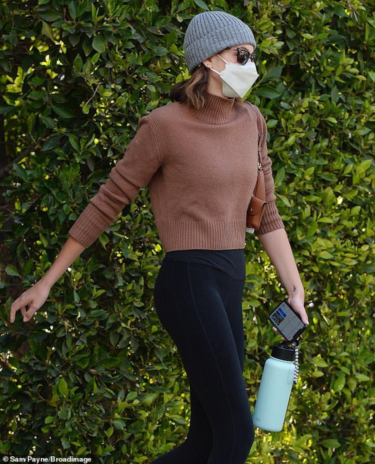 Người đẹp đội mũ len, đeo khẩu trang cẩn thận ra phố trong thời điểm dịch bệnh.