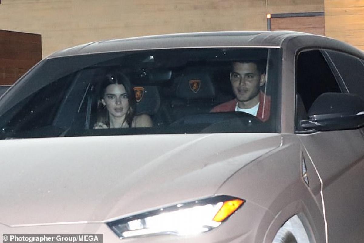 Kendall Jenner được bạn thân chở đi ăn tại nhà hàng ở Malibu hôm 19/4.