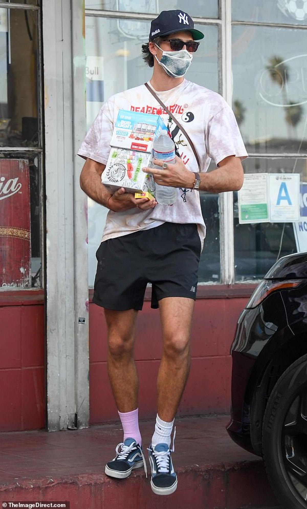 Trong khi Jacob Elordi tái xuất giản dị khi phối áo phông với quần shorts...