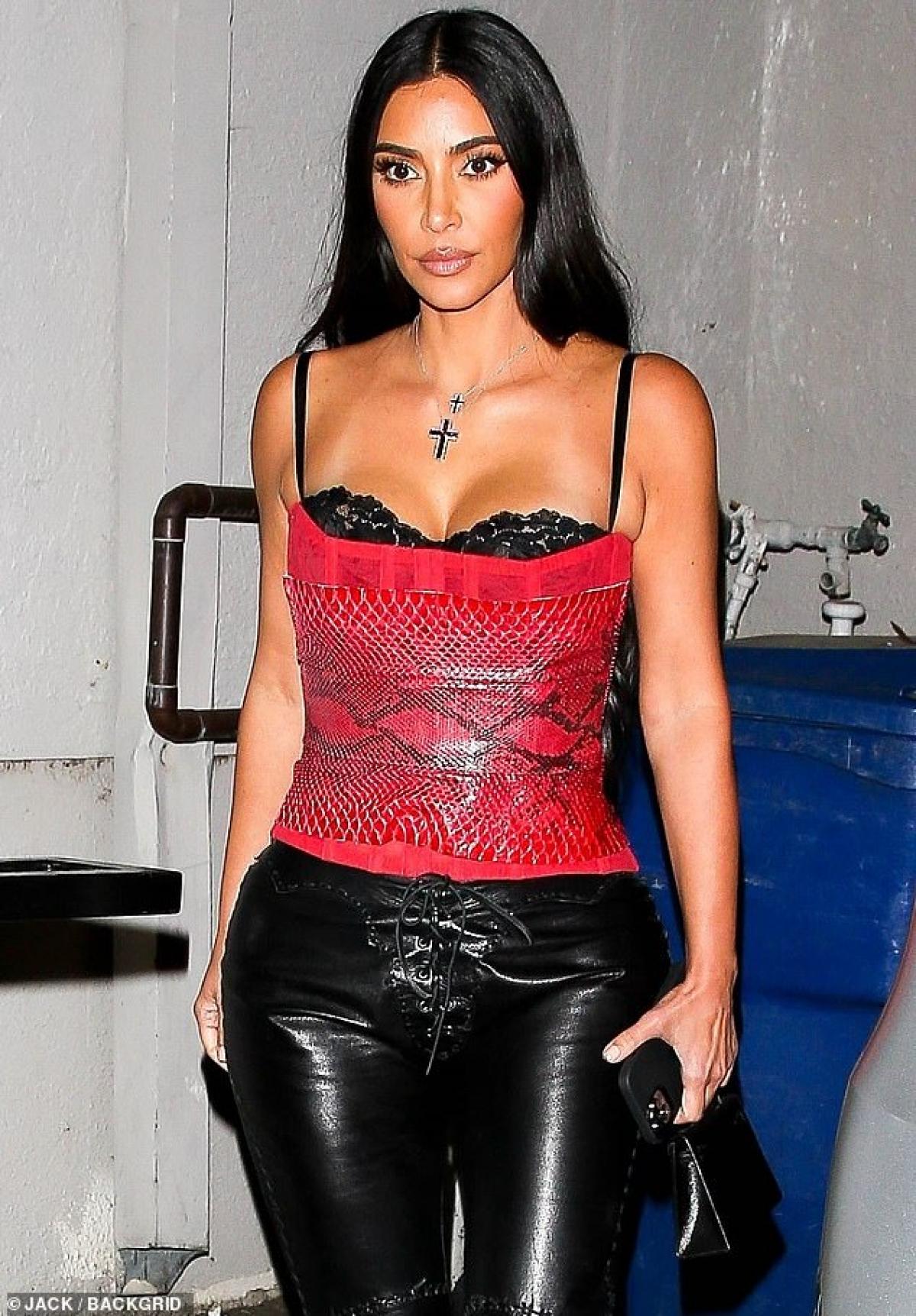 Trang TMZ đưa tin, Kim Kardashian đã đệ đơn ly hôn Kanye West sau gần 7 năm chung sống. Kim yêu cầu được quyền nuôi dưỡng hợp pháp 4 người con chung với Kanye, tuy nhiên cả hai sẽ cùng nhau tham gia nuôi dạy con cái. Hai bên cũng đã đạt được thỏa thuận về giải quyết tài sản.