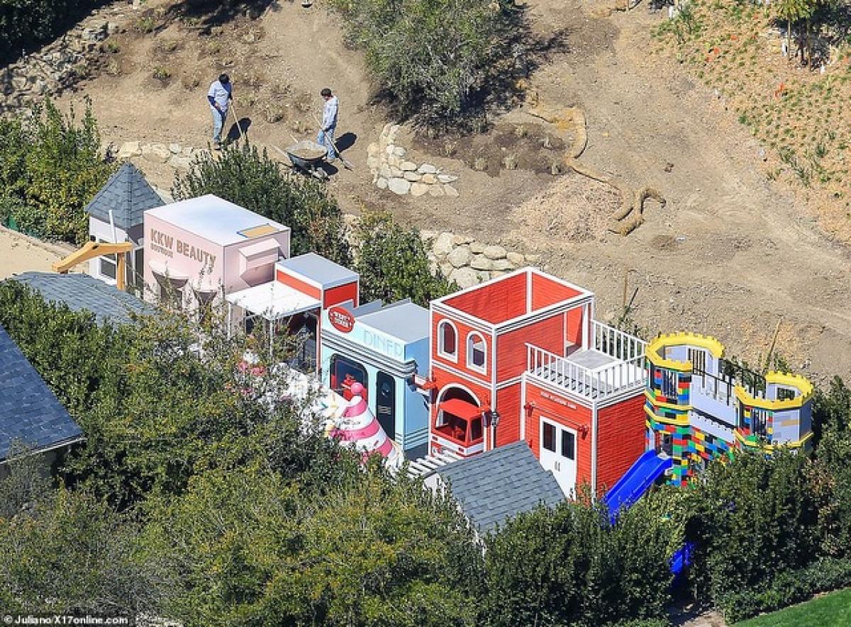 """Người đẹp hiện đang xây dựng một """"khu phố"""" nhỏ xinh xắn dành cho các con tại khu đất rộng lớn của cô ở Calabasas, Mỹ."""