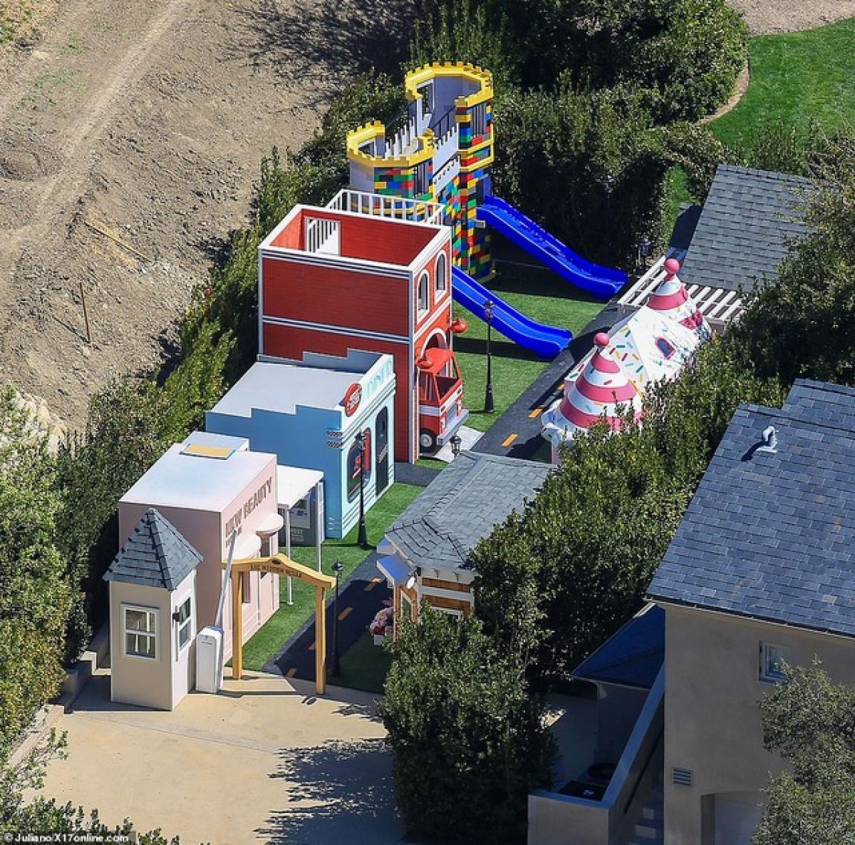 Khu vui chơi dành cho các con, cháu của Kim Kardashian có nhiều cửa hàng, máy rút tiền, quán cà phê và lâu đài Lego.