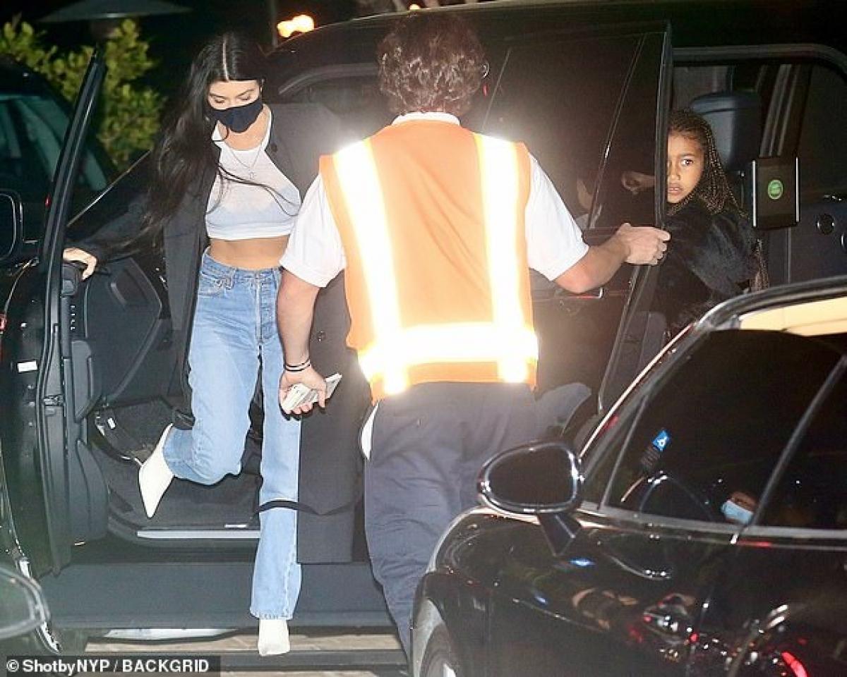 Kourtney Kardashian vướng tin hẹn hò Travis Barker vào dịp đầu năm nay. Cả hai từng bị bắt gặp khi đi ăn tối chung tại một nhà hàng Nhật Bản ở Los Angeles, Mỹ vào đầu tháng 2.