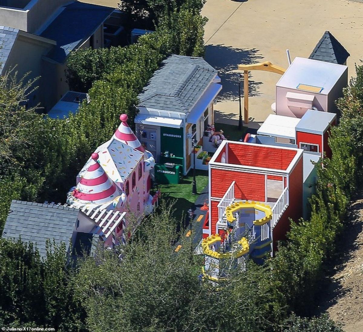 Kim Kardashian hiện sống cùng bốn đứa con nhỏ tại biệt thự sang trọng này. Kanye West đã chuyển đi sau khi Kim đệ đơn xin ly dị lên tòa án./.