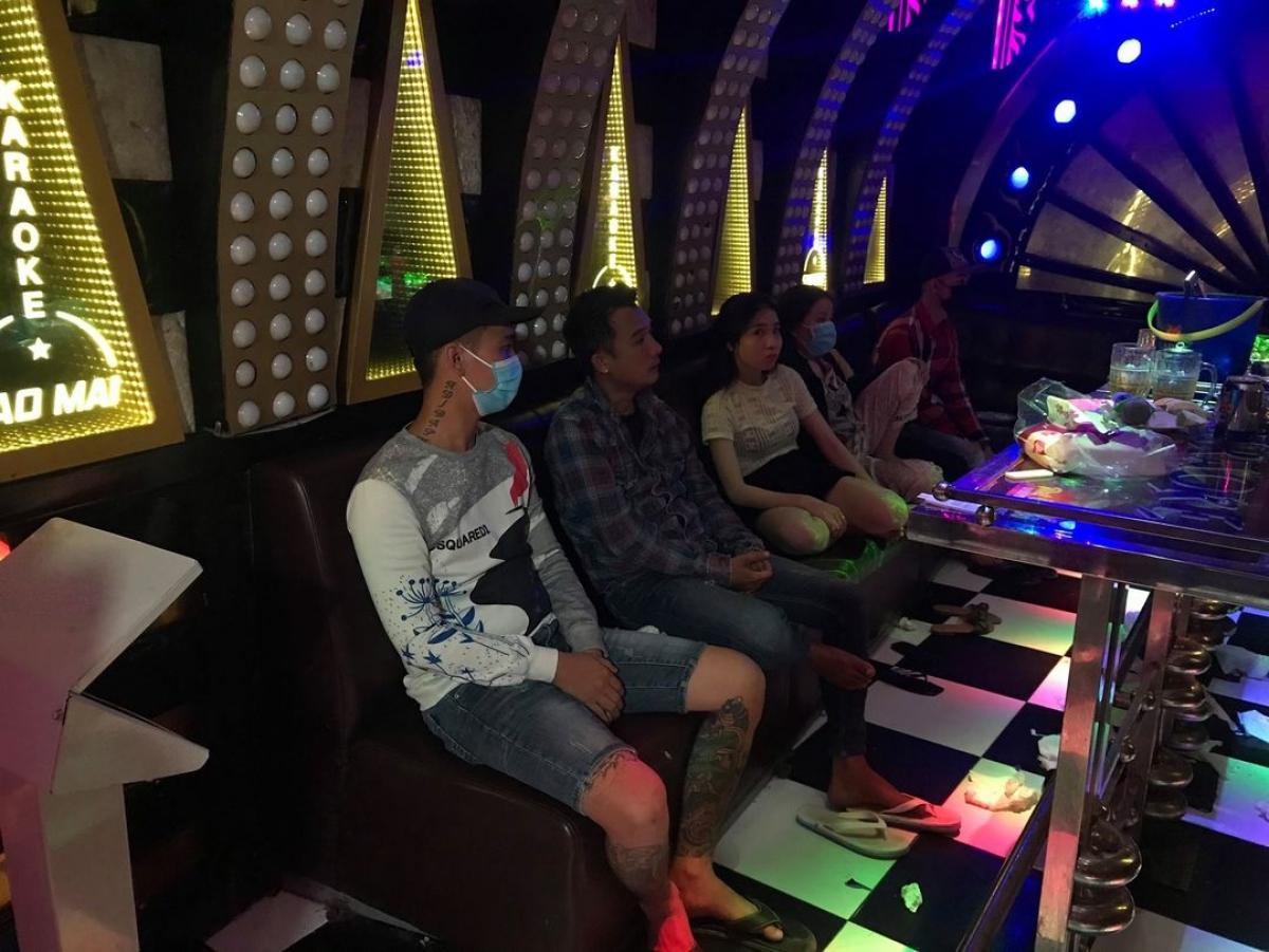 Nhiều đối tượng vào cơ sở kinh doanh karaoke Sao Mai có sử dụng chất ma túy.