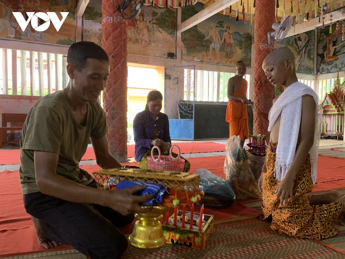 The ethnic people's festival lasts from April 14 to April 16, a time when Khmer people often gather together at local pagodas and temples in order to conduct traditional rituals.