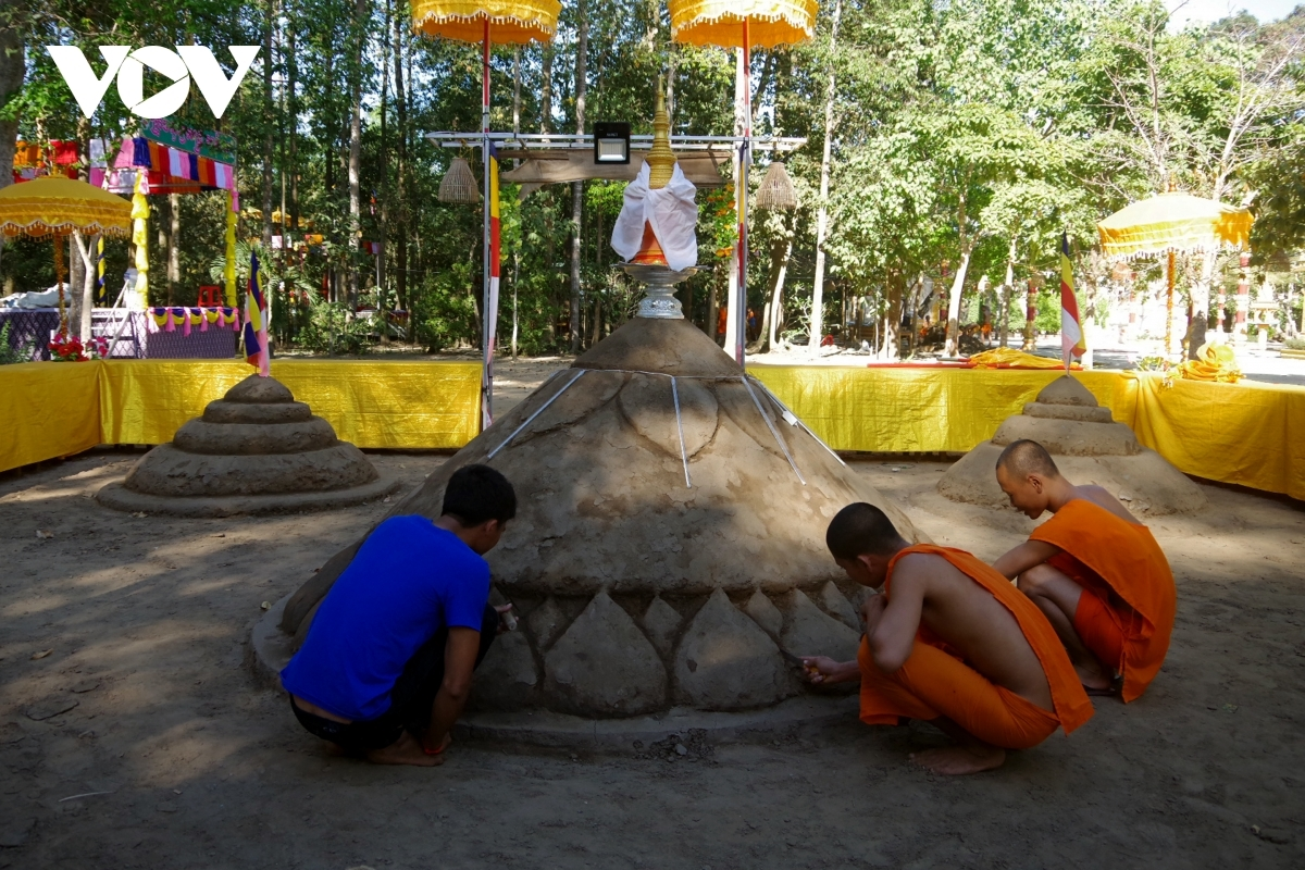 Building sand dunes in order to pray for good weather and a bumper harvest represents an important rite for Khmer people during their new year festival.