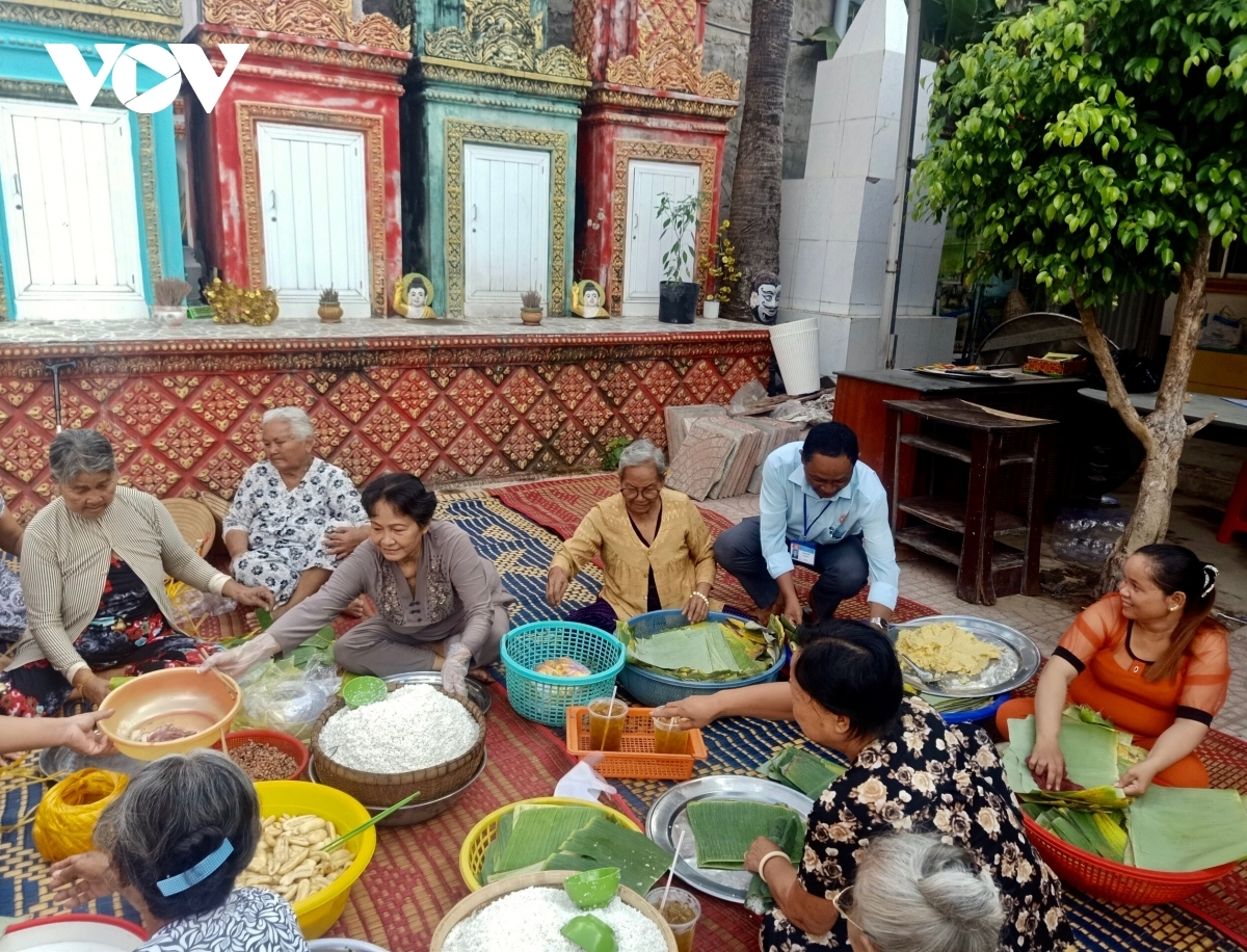 Khmer women come together to make traditional cakes. They often produce different kinds of cakes, including banh tet, a type of sticky rice cake featuring pork and green bean filling, and banh it, sticky rice cake with coconut and green bean filling.