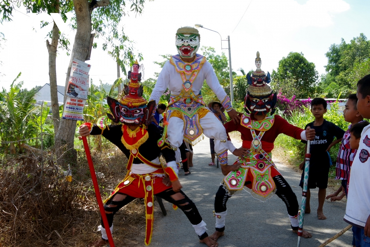 Local people perform traditional dances as part of Chol Chhnam Thmay festival.