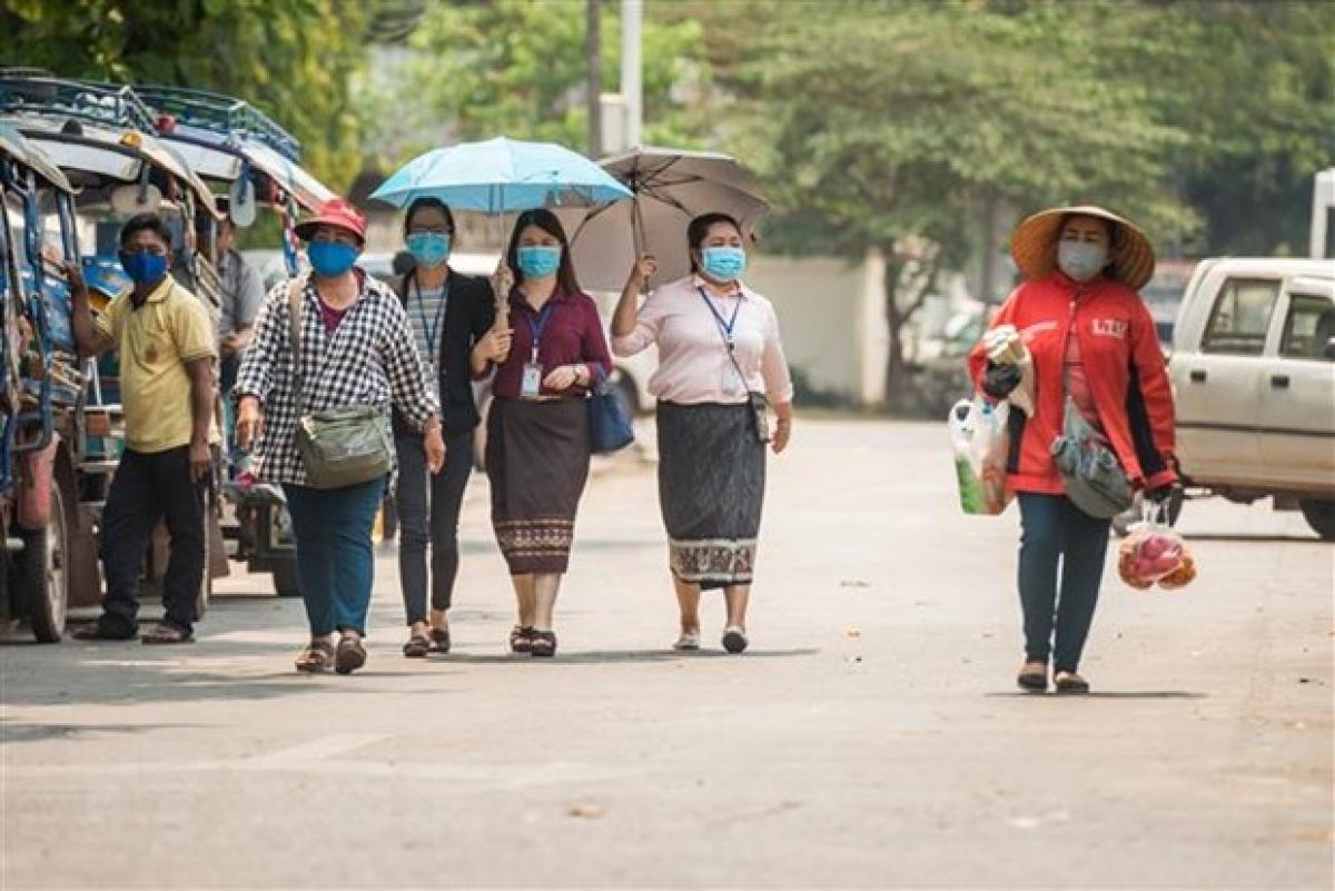 Người dân đeo khẩu trang phòng lây nhiễm Covid-19 tại Vientiane, Lào. Ảnh: THX/TTXVN