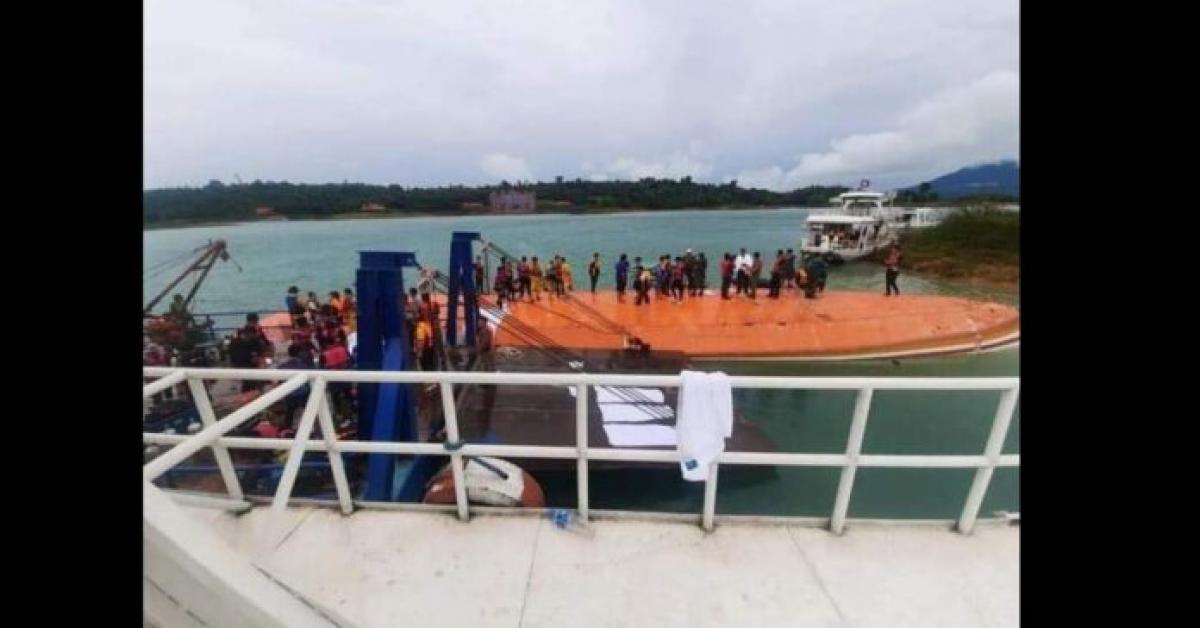 Các nhân viên cứu hộ trên chiếc du thuyền bị lật. Ảnh minh họa:laotiantimes.com