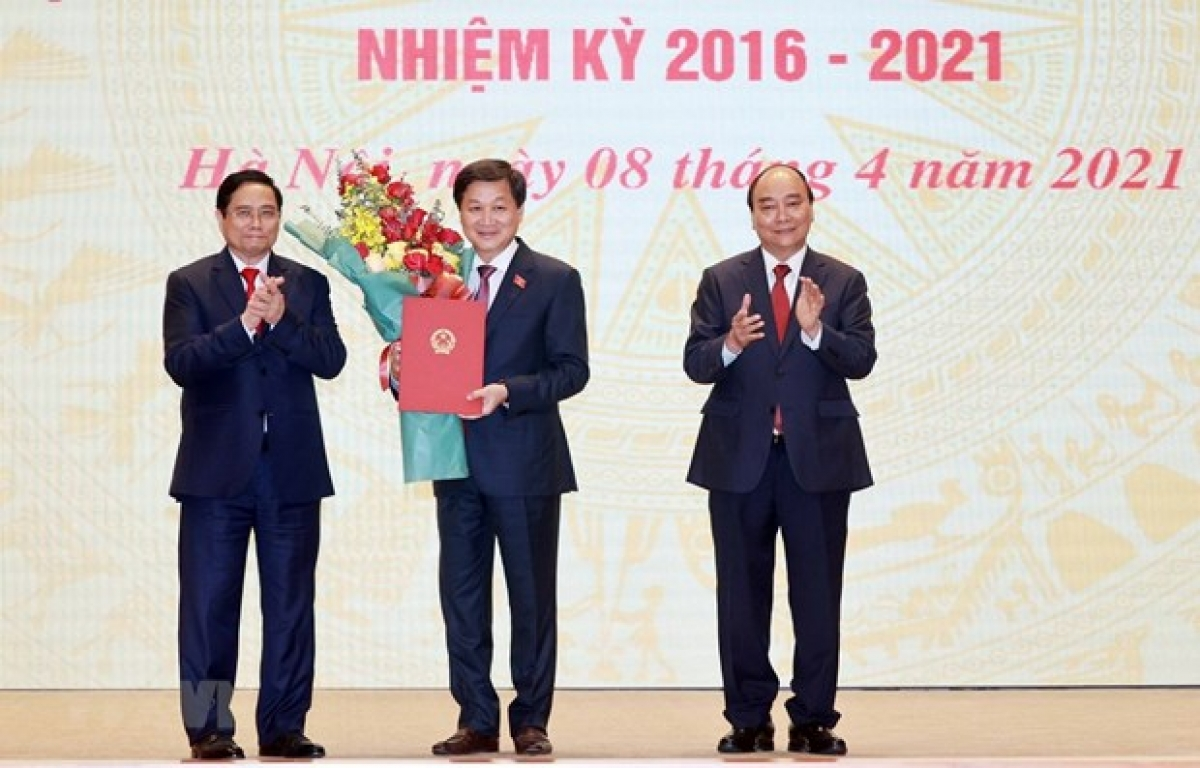 State President Nguyen Xuan Phuc (R) and Prime Minister Pham Minh Chinh (L) at a ceremony to hand over the duty of Prime Minister (Photo: VNA)