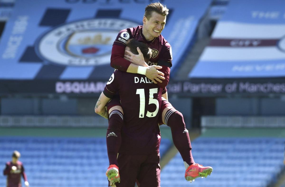 Leeds đánh bại Man City ngay tại Etihad dù đá cả hiệp 2 với 10 người. (Ảnh: Getty).