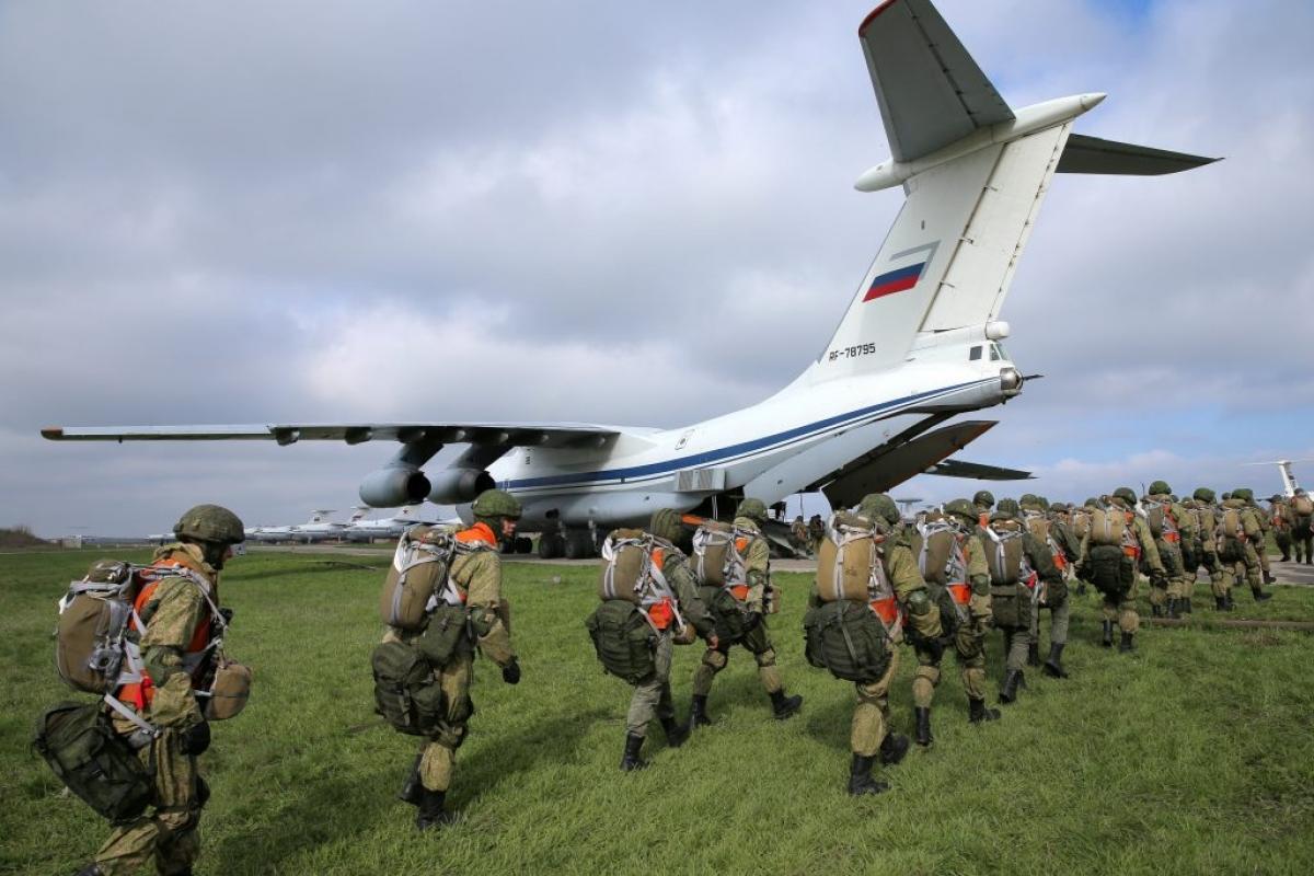 Lính dù Nga lên máy bay vận tải quân sự ở Taganrog, gần biên giới Ukraine hôm 22/4. Ảnh: Reuters