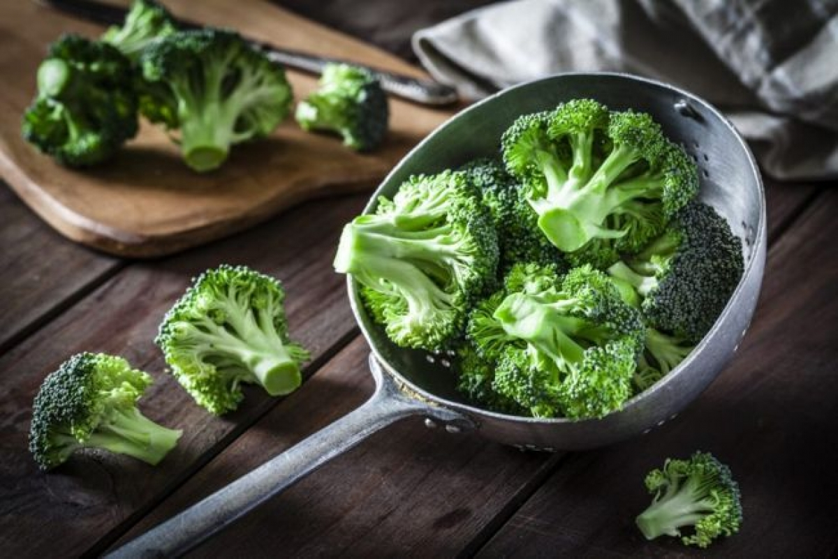 Các loại rau xanh họ cải: Các loại rau xanh họ cải như bông cải anh, rau chân vịt, rau cải xoăn có tác dụng giảm nguy cơ mắc bệnh gan nhiễm mỡ. Các loại rau này chứa nitrat vô cơ, các chất này khi hấp thụ vào cơ thể sẽ chuyển hóa thành nitric oxide - một chất chống oxy hóa giúp cải thiện chức năng tim mạch và trao đổi chất.