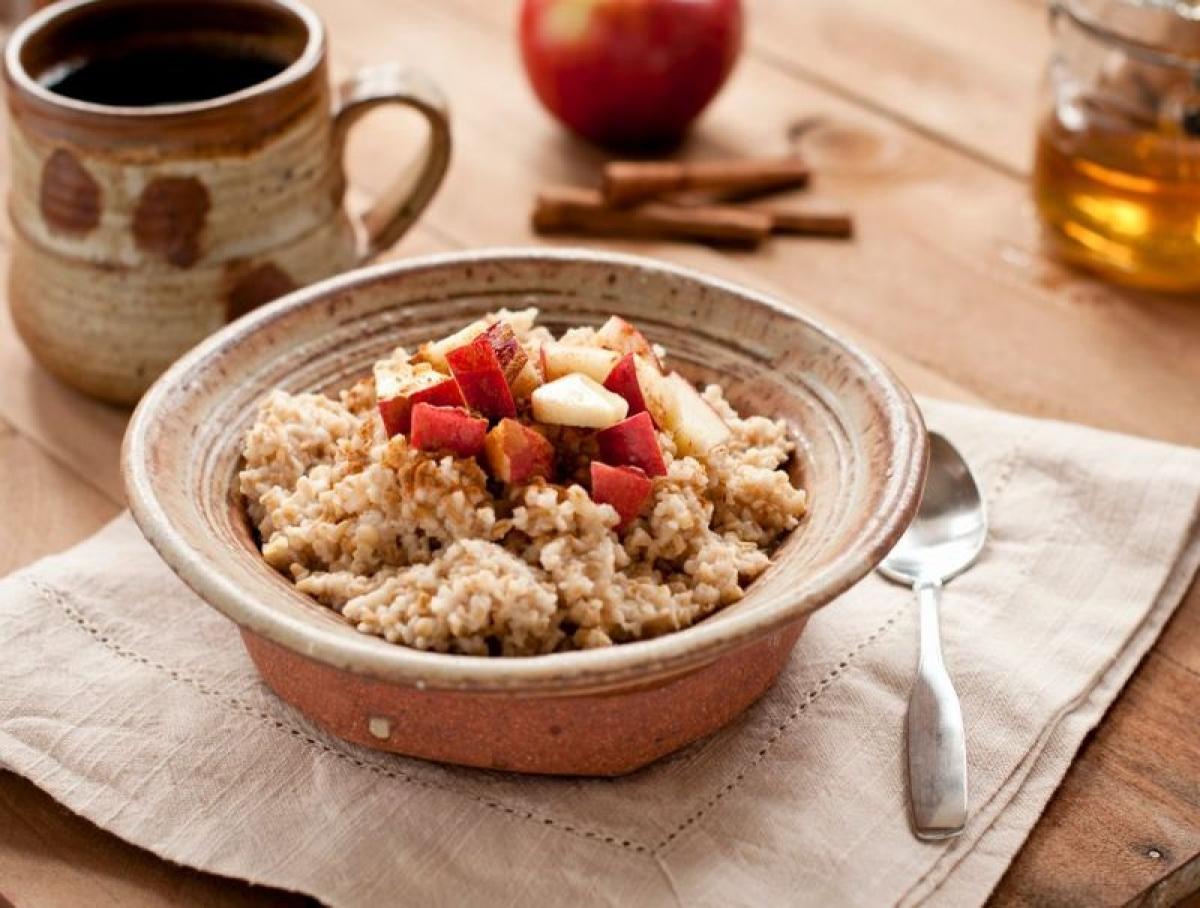 Yến mạch: Yến mạch giúp giảm hàm lượng cholesterol chỉ trong vòng vài tuần. Chất beta-glucan có trong yến mạch giúp thực phẩm này đặc biệt có hiệu quả trong điều trị bệnh gan nhiễm mỡ.