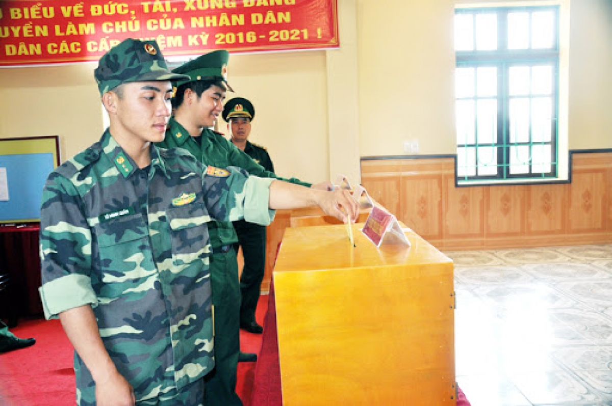 Cử tri là quân nhân thì cột nghề nghiệp ghi chung là lực lượng vũ trang, cột nơi cư trú thì ghi tên đơn vị hành chính cấp xã nơi đơn vị vũ trang nhân dân đóng quân (Ảnh minh họa, nguồn: Báo Quảng Ninh)