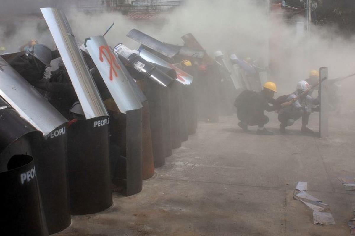 Người biểu tình đối đầu với cảnh sát ở thành phố Yangon, Myanmar. Ảnh: Reuters