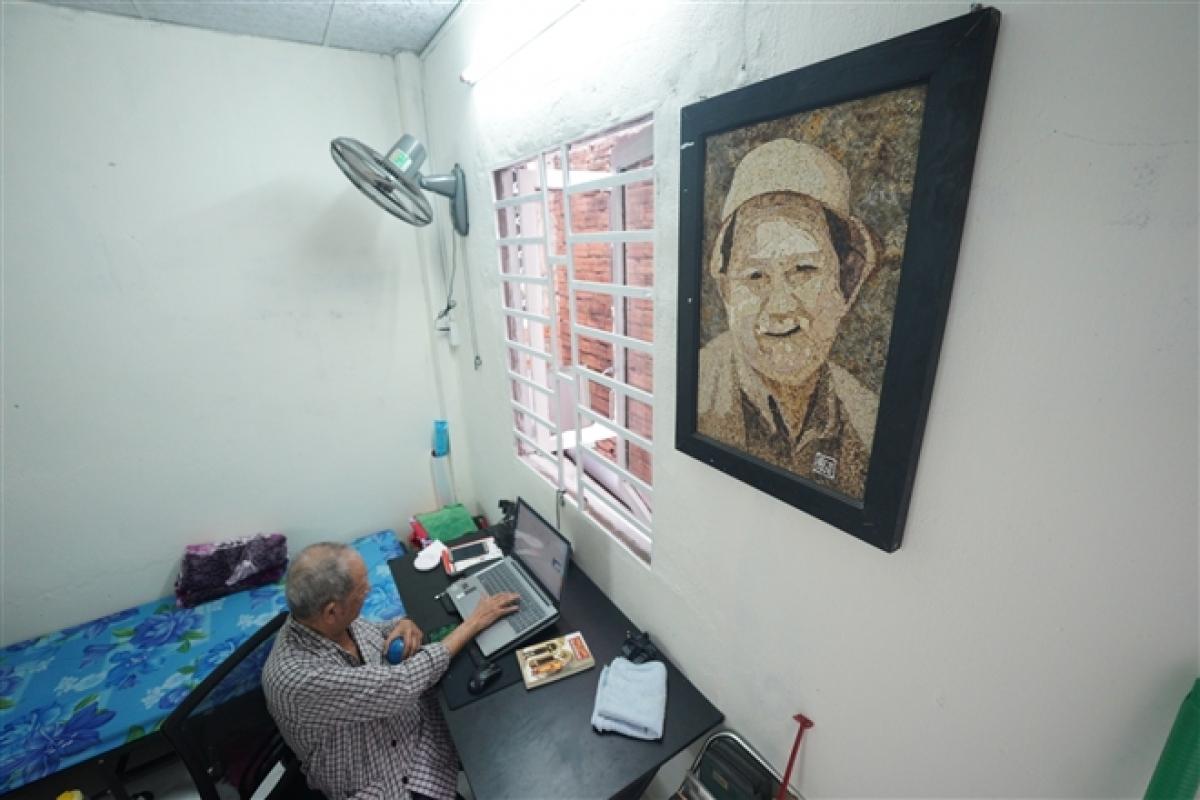 Góc làm việc và nghỉ ngơi của nghệ sĩ Mạc Can. (Ảnh: Chí Hùng)