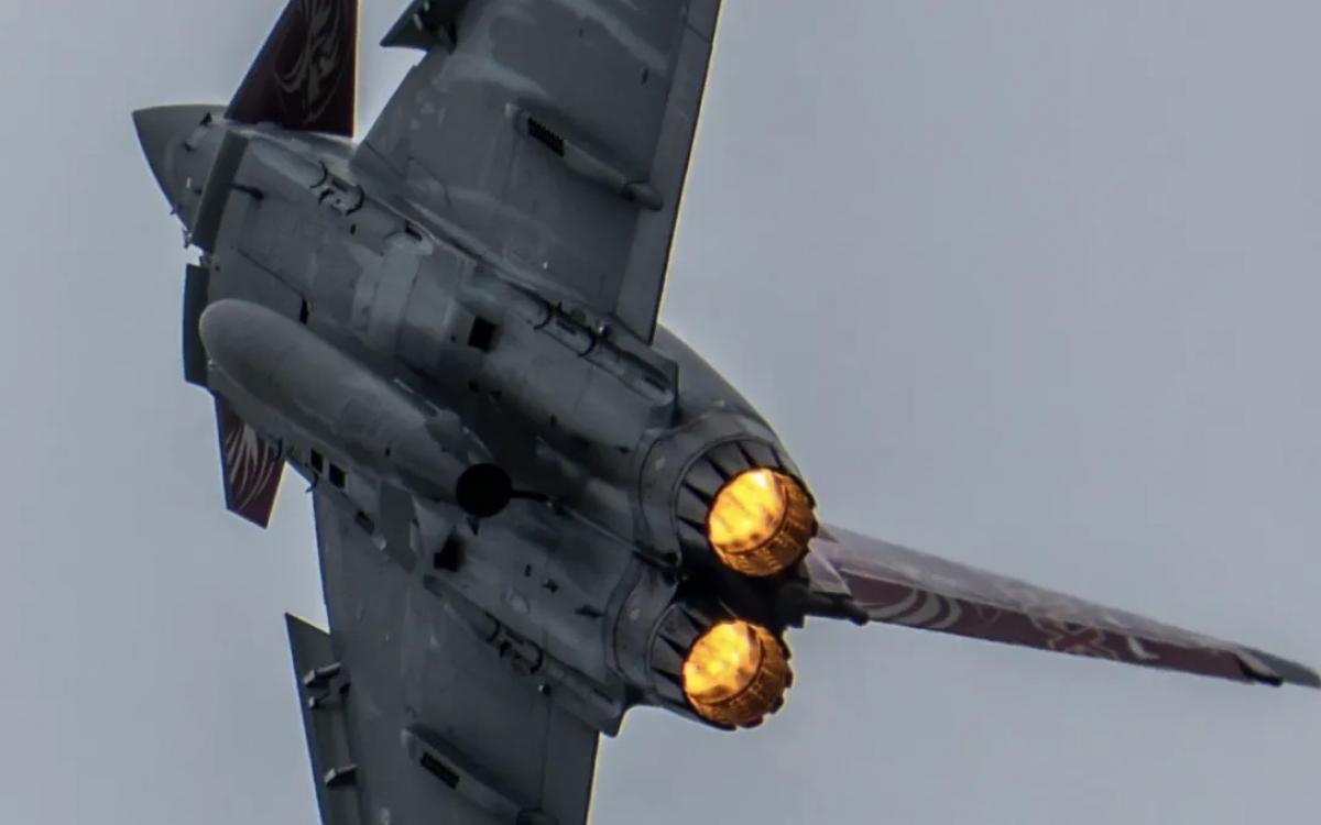 Một chiếc chiến đấu cơ Typhoon có gắn tên lửa Storm Shadow. Ảnh: Bộ Quốc phòng Anh.