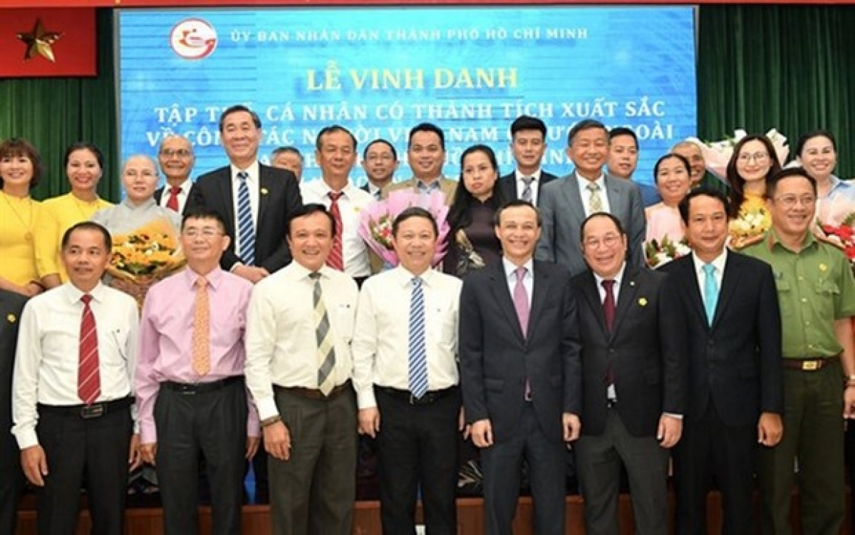 Representatives of the organisations together with individuals are honoured at the event (Photo: vtc.vn)