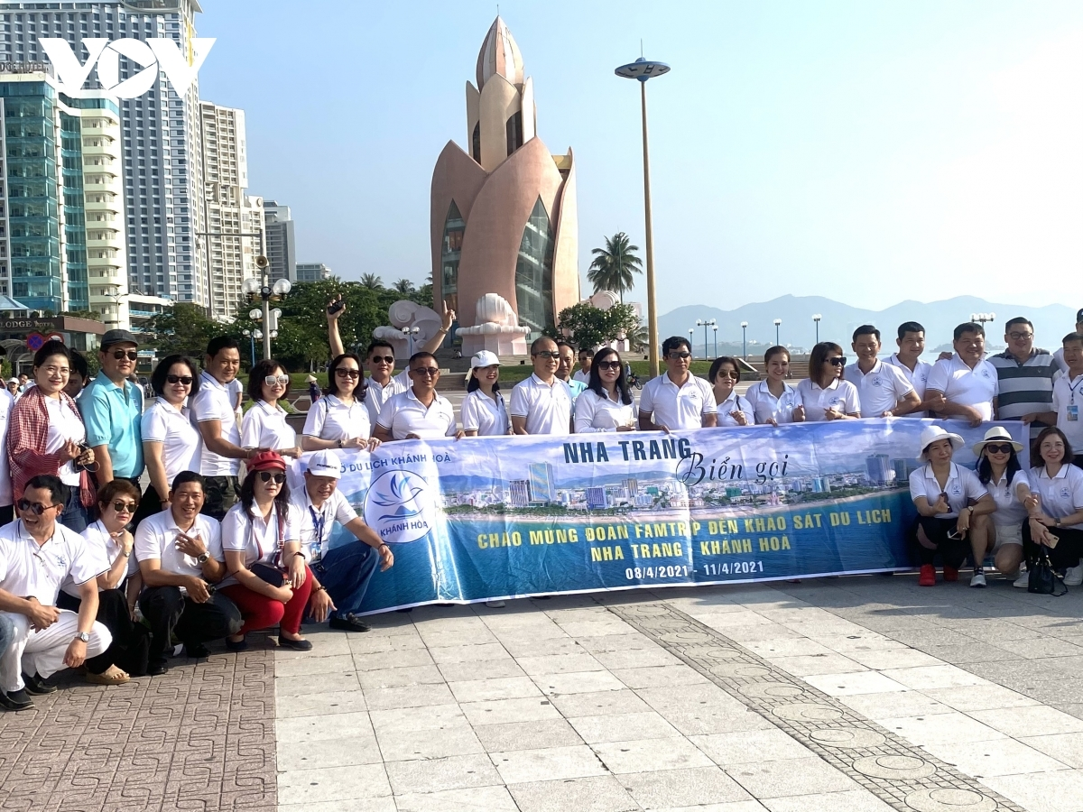 Participants in a famtrip tour to Khanh Hoa pose for a group photo.