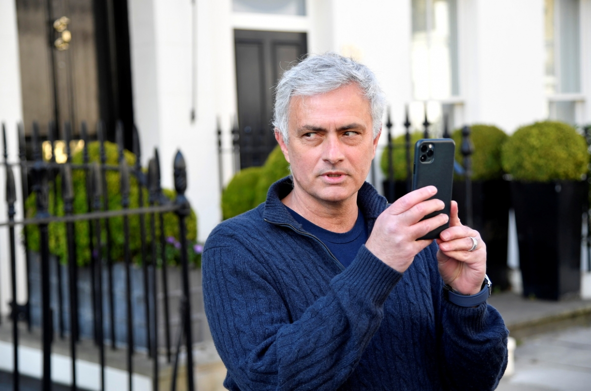 Mourinho vừa trả lời phỏng vấn vừa tranh thủ quay clip đăng trên mạng xã hội. (Ảnh: RT)