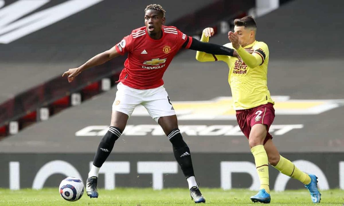 Paul Pogba phải lùi sâu để giúp MU phát triển bóng. (Ảnh: Getty)