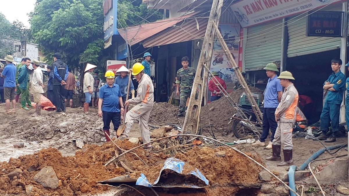 Khắc phục đường điện sau lũ quét ở Minh Lương